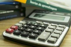 Calculator en boeken voor wiskundige studies Royalty-vrije Stock Foto's