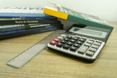 Calculator en boeken voor wiskundige studies Royalty-vrije Stock Afbeeldingen