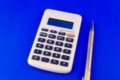 Calculator en pen Stock Afbeeldingen