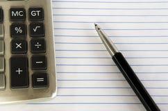Calculator en pen. Stock Afbeeldingen