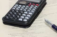 Calculator en pen Royalty-vrije Stock Afbeelding
