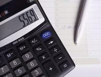 Calculator en pen. Stock Foto