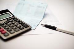 Calculator en pen en bankboekjebank Royalty-vrije Stock Foto's