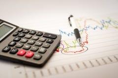 Calculator en pen en grafiekenanalyse Stock Fotografie