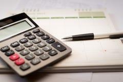 Calculator en pen en kalender Royalty-vrije Stock Foto's