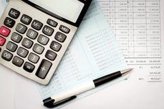 Calculator en pen op bankboekje een bedrijfsachtergrond Stock Afbeeldingen