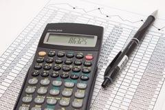 Calculator en pen op contant geld financiële spreadsheet stock afbeelding