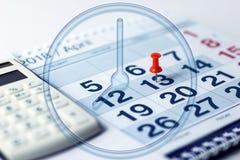 Calculator en pen op kalenderachtergrond stock foto's