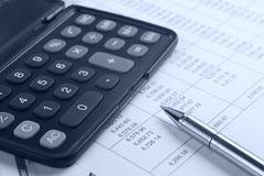 Calculator en pen op rapport Royalty-vrije Stock Foto's