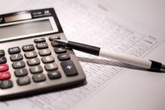 Calculator en pen op zaken Royalty-vrije Stock Afbeelding