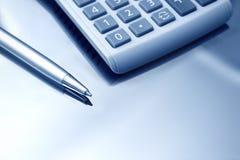 Calculator en pen. Sluit omhoog. Royalty-vrije Stock Afbeeldingen