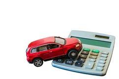 Calculator en stuk speelgoed auto op witte achtergrond wordt geïsoleerd die royalty-vrije stock fotografie