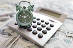 Calculator en wekker stock afbeelding
