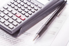 Calculator, financiële staat, pen Royalty-vrije Stock Foto's
