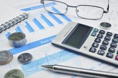Calculator Ggasses en pen op financiële grafiek en grafiek Royalty-vrije Stock Fotografie