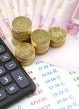 Calculator, grafiek en geld Stock Afbeeldingen