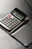 Calculator met een pen stock foto's