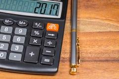 Calculator met het aantal en Pen On Wooden Table van 2017 Sluit omhoog Royalty-vrije Stock Foto