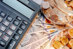 Calculator met internationale munt op de lijst stock afbeelding