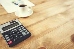 Calculator met koffie royalty-vrije stock foto