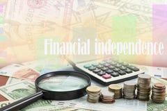 Calculator met muntstuk en Vergrootglas op geldbankbiljetten Eur Stock Afbeeldingen