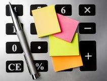 Calculator met pen en postadvertenties Royalty-vrije Stock Afbeelding
