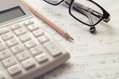 Calculator met pen op papier Stock Afbeeldingen