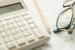 Calculator met pen op papier Royalty-vrije Stock Afbeelding