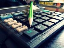 Calculator met potlood royalty-vrije stock afbeeldingen