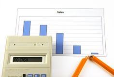 Calculator met tekst geen contant geld, grafiek en gebroken pen Royalty-vrije Stock Fotografie
