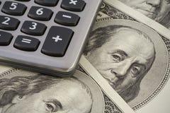 Calculator op de dollarsachtergrond van de V.S. Stock Foto's