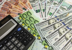 Calculator op geldachtergrond Royalty-vrije Stock Foto