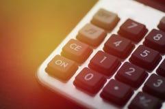 Calculator op houten lijst Stock Afbeeldingen
