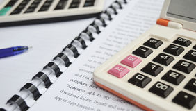 Calculator op Notitieboekje met pen stock foto