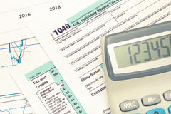 Calculator over de Belastingsvorm van de V.S. 1040 Gefiltreerd beeld: kruis verwerkt uitstekend effect Stock Foto's