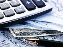 Calculator, Pen, Contant geld, Grafieken royalty-vrije stock afbeeldingen