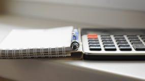Calculator, pen en document blocnote Royalty-vrije Stock Fotografie