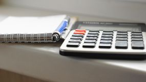 Calculator, pen en document blocnote Royalty-vrije Stock Foto's