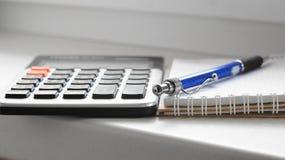 Calculator, pen en document blocnote Stock Fotografie