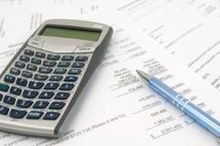 Calculator, pen, en documenten klaar voor controle Stock Afbeeldingen