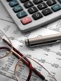 Calculator, pen en glazen  Royalty-vrije Stock Fotografie
