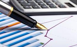 Calculator, pen en het financiële verslag Sluit omhoog stock afbeelding