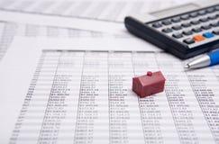 Calculator, pen en plattelandshuisje Stock Afbeeldingen