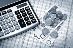 Calculator, poetsmiddelgeld en krant Royalty-vrije Stock Afbeelding