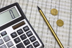 Calculator, potlood, poetsmiddelgeld en krant Stock Afbeelding