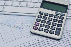 Calculatorknoop plus op toetsenbord en millimeterpapier, rekenschap gevende B Royalty-vrije Stock Foto