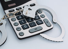 Calculators en handcuffs Stock Foto's