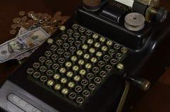 Calculatrice antique avec des factures d'argent Images stock