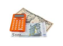 Calculatrice avec 5 billets de banque euro et des 10 dollars Photos libres de droits