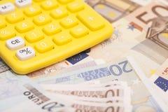 Calculatrice avec d'euro notes Photographie stock libre de droits